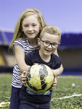 mijn broer rayan en ik op het voetbalveld