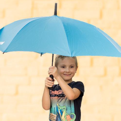 Rayan poserend met paraplu voor gele muur