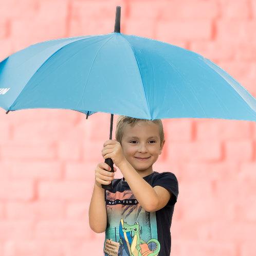 Rayan poserend met paraplu voor rode muur