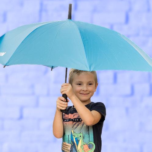 Rayan poserend met paraplu voor blauwe muur