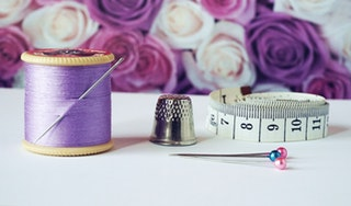 Foto van allerlei naaigerief in naaiatelier Patricia