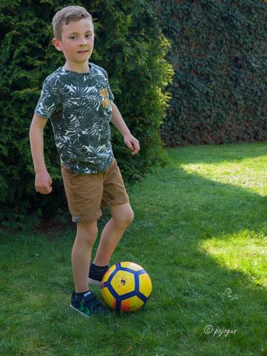 Portret van mijn broer Rayan voetballend in tuin